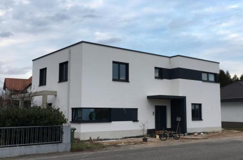 Fassade Weiß Akzente Anthrazit Lingenfeld 1